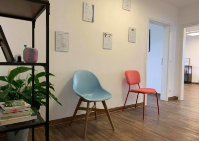 Praxiseingang Ihrer Smart Physiotherapie Am Pestalozziring 1, 91058 Erlangen (Eltersdorf)